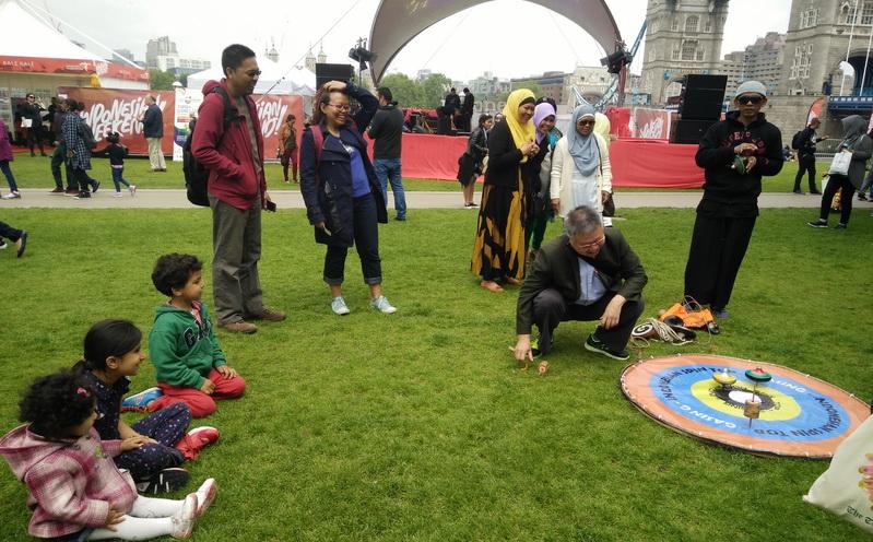 Wah, Anak-Anak London Paling Demen Mainan Khas Indonesia