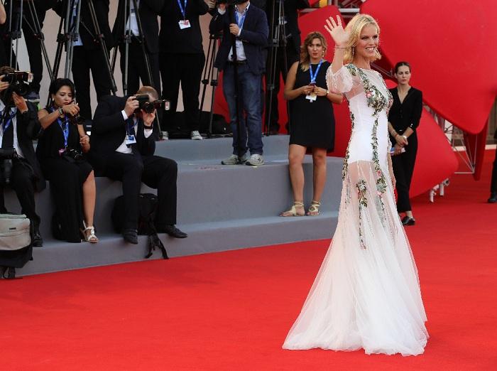 Eva Herzigova Tampil Cantik di Red Carpet di Ajang Venice Film Festival 2016. (Foto: Eonline)