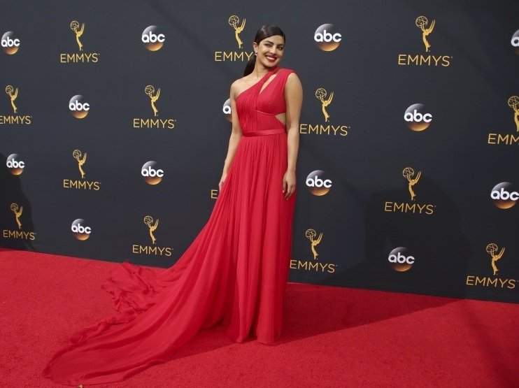 Prinyanka Copra di Red Carpet Emmy Awards 2016. (Foto: Themalaylmailonline)