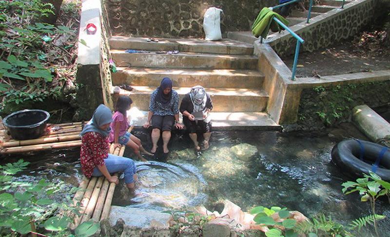 Mengintip Wisata Terapi Gigitan Ikan di Goa Tanding