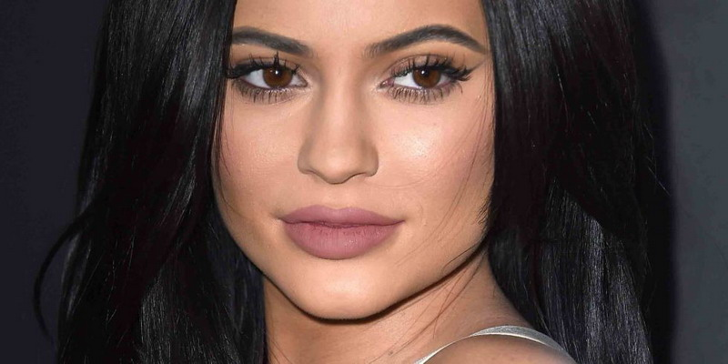 Begini Loh Cara Kylie Jenner Poles Lipstik
