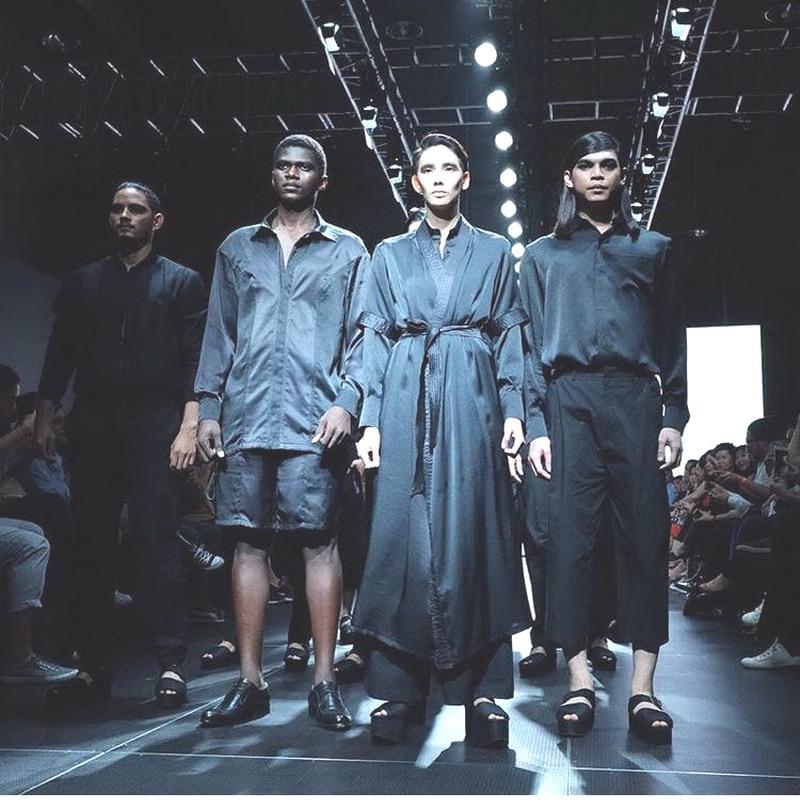 Siapa Bilang Pria Tak Bisa Keren dengan Batik?