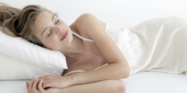 Jangan Pernah Tidur saat Kondisi Rambut Basah!