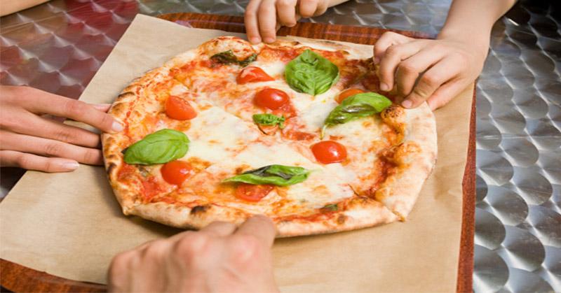 ternyata-cara-kita-menyantap-pizza-selama-ini-salah