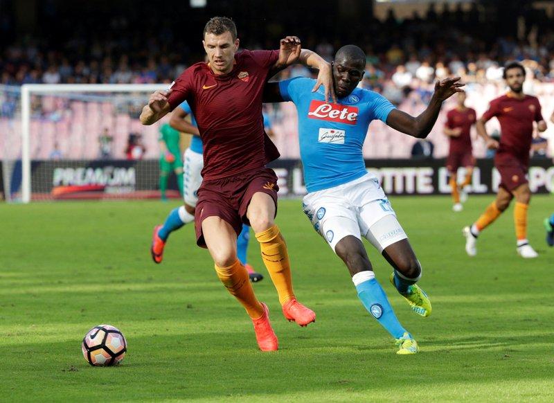 Edin Dzeko berhasil mencetak dua gol kala menghadapi tuan rumah Napoli. (Foto :Max Rossi/Reuters)