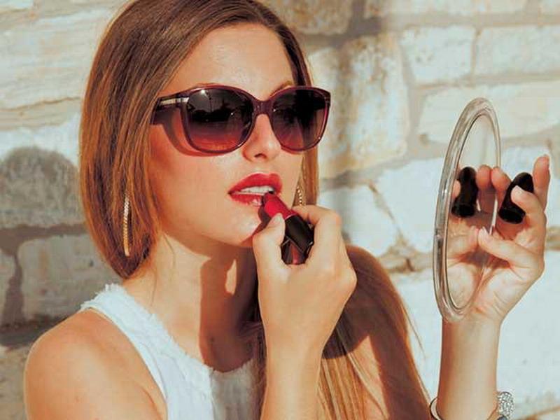 Lagi Sibuk, Gunakan Credit Card untuk Bikin Eyeliner