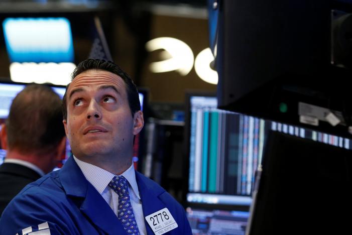 \Wall Street Terpukul Ketidakpastian Fed Rate dan Pelemahan Harga Minyak\