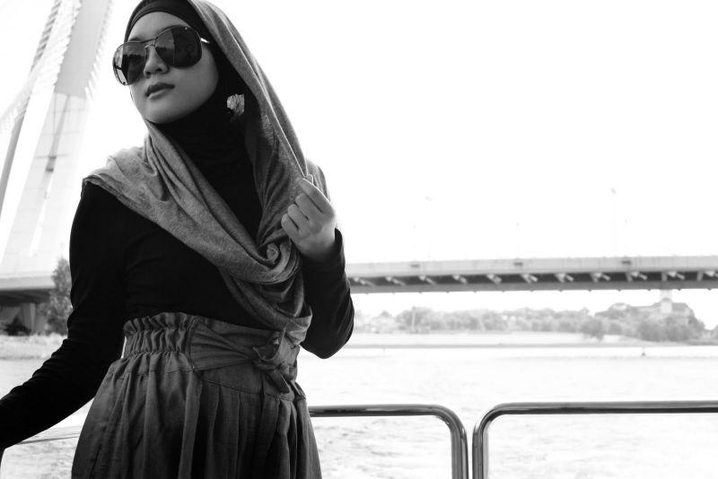 Meski Sedang Liburan, Blogger Berhijab Ini Tetap Tampil Trendi