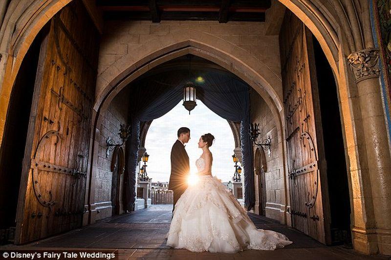 Sepasang Kekasih Wujudkan Impian Menikah ala Cinderella di Disney World