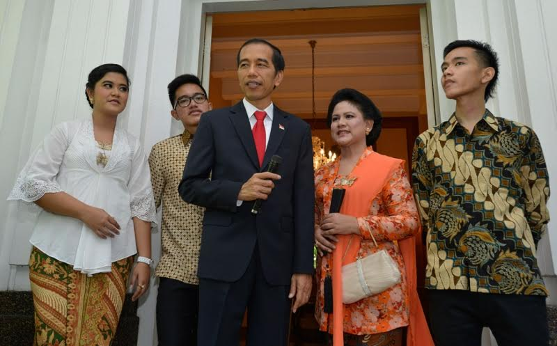 2 TAHUN JOKOWI-JK: Iriana Jokowi Setia dengan Kebaya Kutubaru