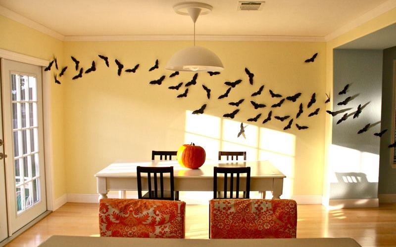 Menyulap Rumah Jadi Menyeramkan saat Halloween dengan Puluhan Kelelawar Buatan