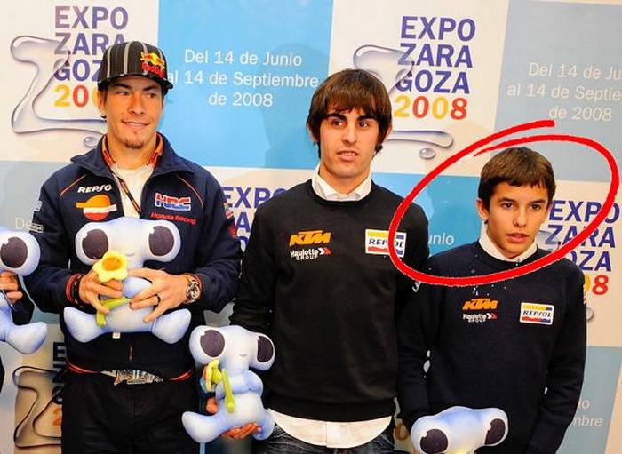 Momen dimana Marc Marquez (paling kanan) berfoto dengan Nicky Hayden (paling kiri) pada 2008