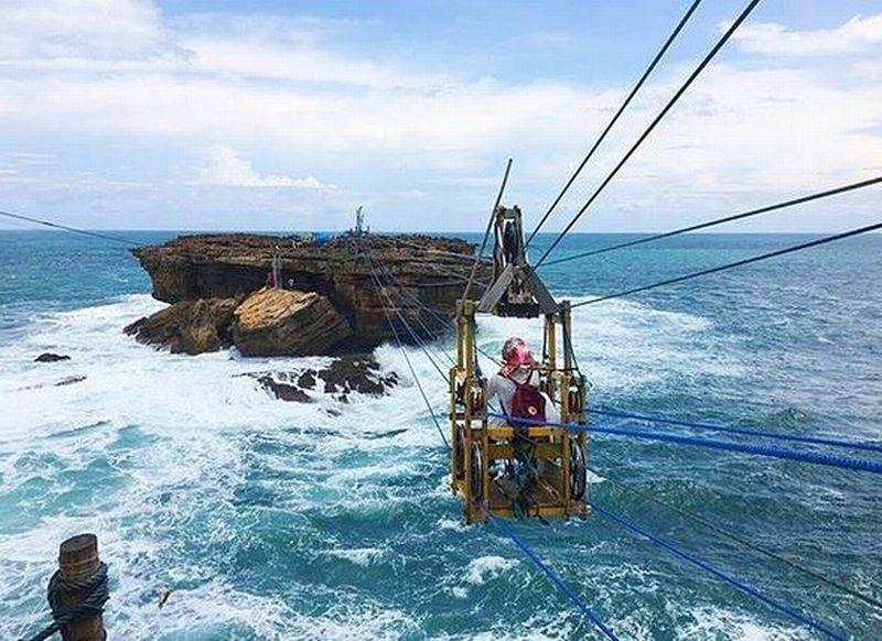 Berani Tantang Adrenalin Anda di Atas Gulungan Ombak Pantai Timang!