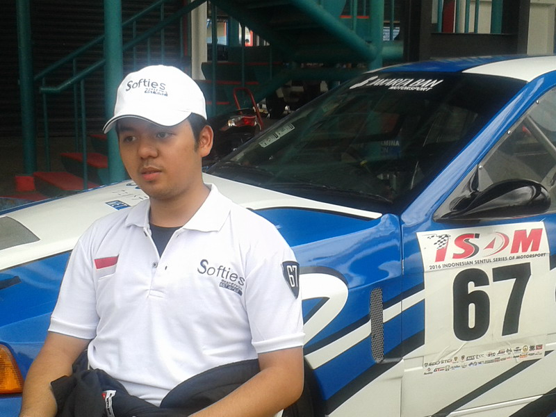 Kenta Kameron mengalami masalah pada mobil. (Foto: Riski Bayuni Sagala/Okezone)