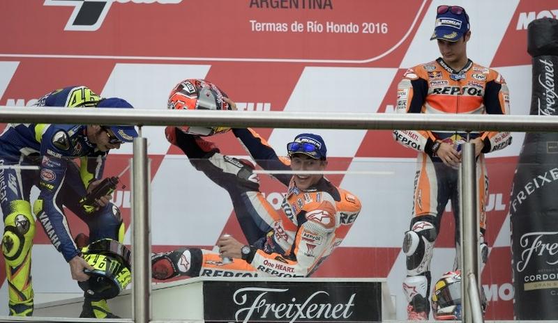 Marc Marquez (tengah) terpeleset di podium GP Argentina (Foto: AFP)
