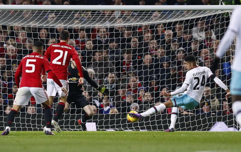 Fletcher bobol gawang Man United. (Foto: REUTERS/Jason Cairnduf)