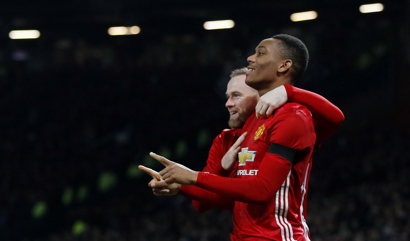 Martial bawa Man United menjauh. (Foto: REUTERS)