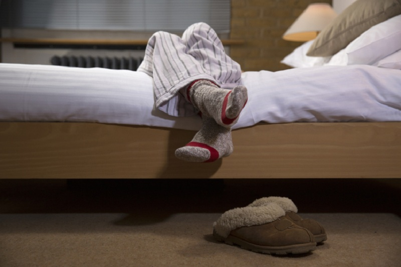 Selain Menghangatkan, Ini Manfaat Pakai Kaos Kaki saat Tidur
