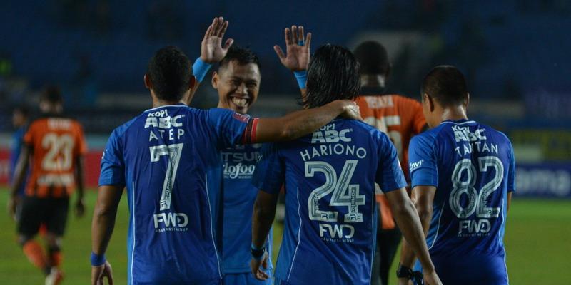 Hariono usai mencetak gol ke gawang Perseru. (Foto: Official Persib)