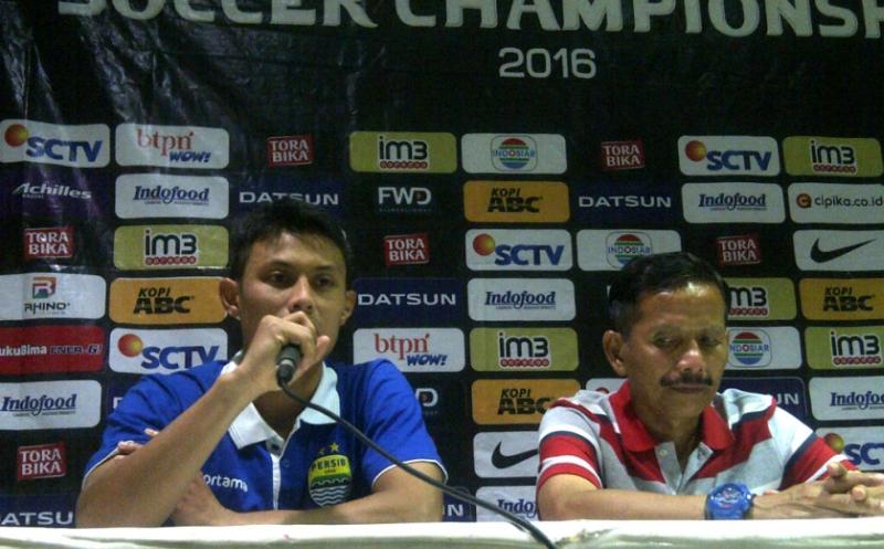 Pelatih Persib Bandung, Djajang Nurdjaman (kanan) (Foto: Oris Riswan/Okezone)