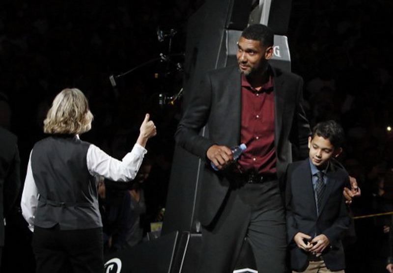 Spurs pensiunkan jersey Duncan. (Foto: AFP/Ronald Cortes)