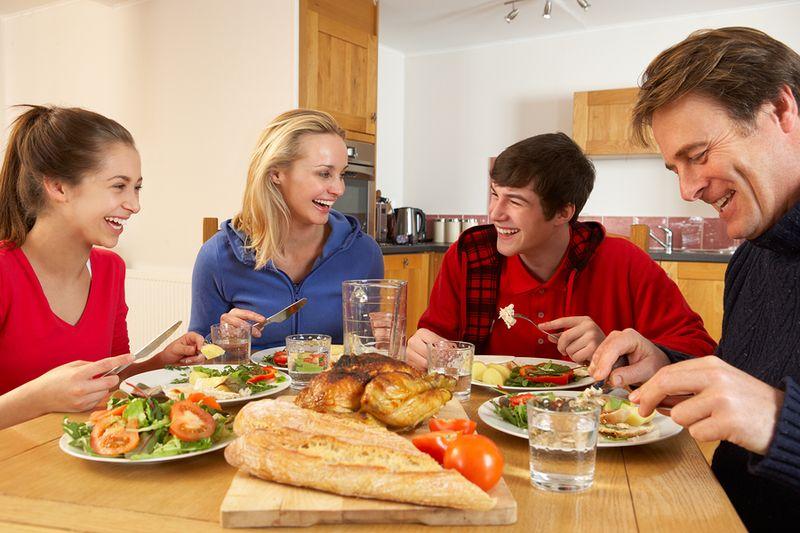 Ternyata Makan Malam Bersama adalah Waktu Terbaik Menyampaikan Kritik untuk Keluarga