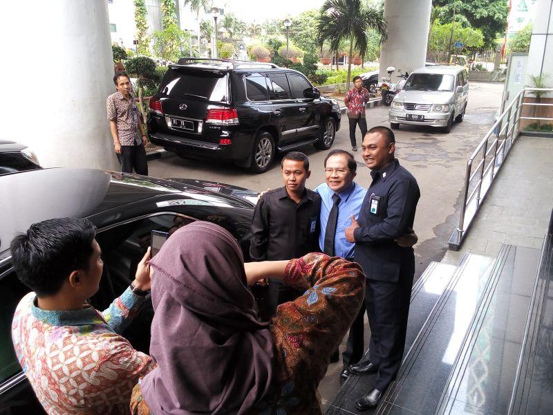 \Rizal Ramli ke Kantor Menko Maritim, Karyawan Rebutan Selfie\