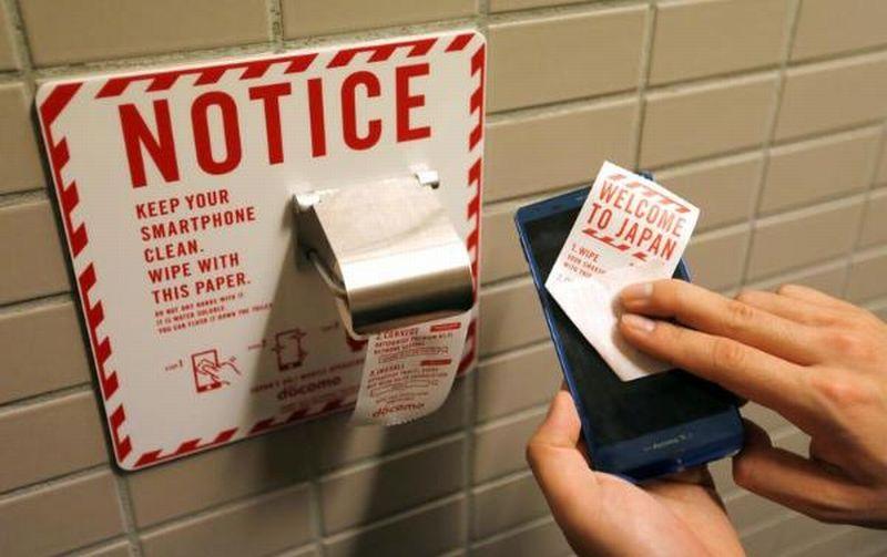 Bandara di Jepang Sediakan Kertas Toilet untuk Bersihkan Ponsel dari Bakteri
