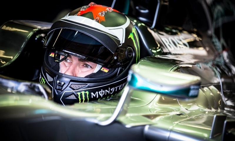 Jorge Lorenzo kendarai mobil Mercedes (Foto: Crash)