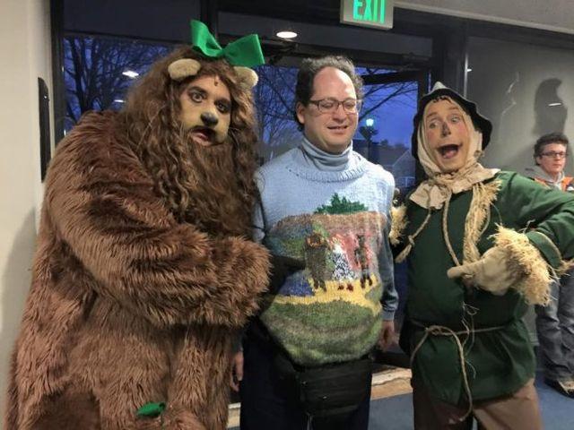 Pria Ini Selalu Membuat Sweater Senada dengan Ikon Wisata yang Didatangi