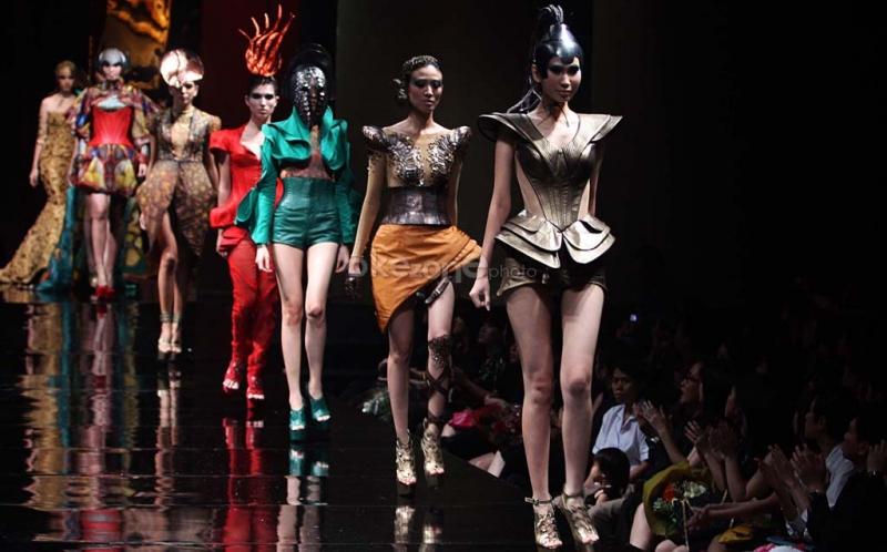 Pertama Kali di Indonesia Fashion Show di dalam KRL Jakarta-Bogor