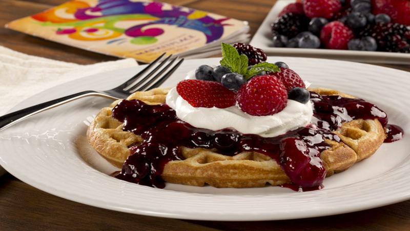 Lupakan Sandwich, Yuk Bikin Berry Waffle untuk Sarapan
