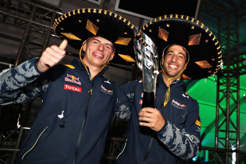 Max Verstappen dan Daniel Ricciardo (Foto: Mark Thompson/AFP)