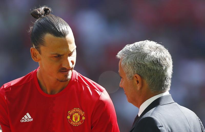 Ibrahimovic dipuji Mourinho. (Foto: REUTERS/Eddie Keogh)