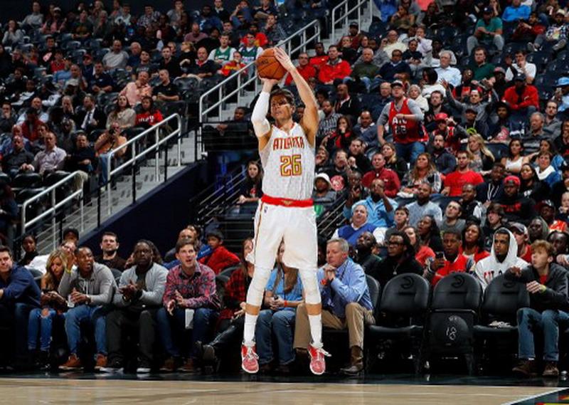 Kyle Korver saat masih berjersey Atlanta Hawks (Foto: Kevin C. Cox/AFP)