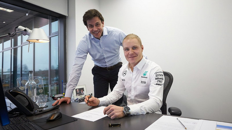 Valtteri Bottas menandatangani kontrak Mercedes bersama Toto Wolff (Foto: Mercedes)
