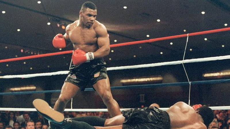 Mike Tyson (berdiri) (Foto: AFP)