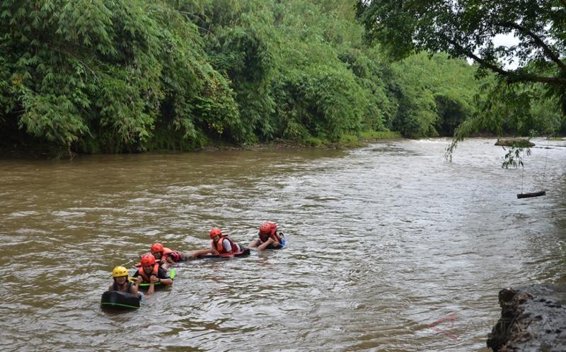 Liburan Akhir Pekan, Berenang di Kali Ciliwung Yuk