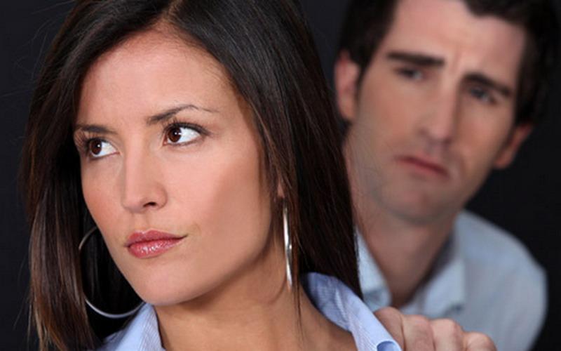 BAHAYA..! Istri Mulai Cek Medsos Suami? Pertanda Cemburu Berat