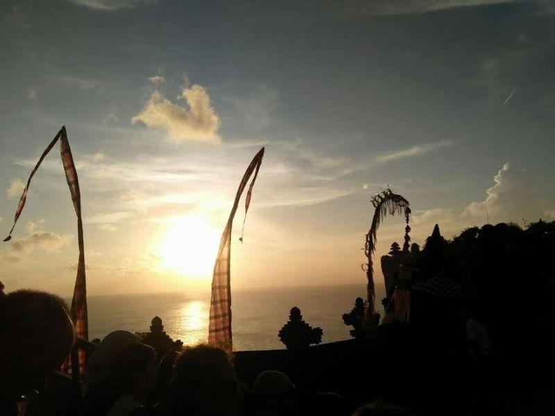 Menengok Keindahan Matahari Tenggelam Ditemani Tari Kecak di Pura Uluwatu