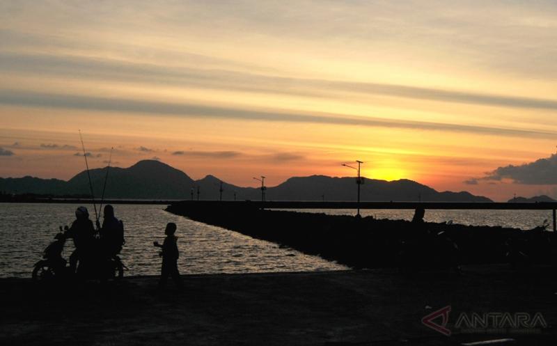 Cantiknya Matahari Terbenam dari Pelabuhan Lampulo Aceh