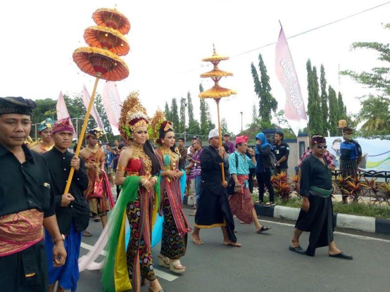 Parade Budaya Putri Mandalika Hebohkan Festival Bau Nyale 2017