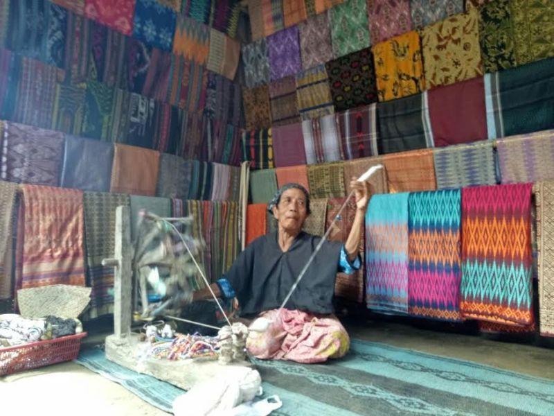 Menelisik Kehidupan Ina Sol, Penenun Kain Selama 80 Tahun di Desa Sade