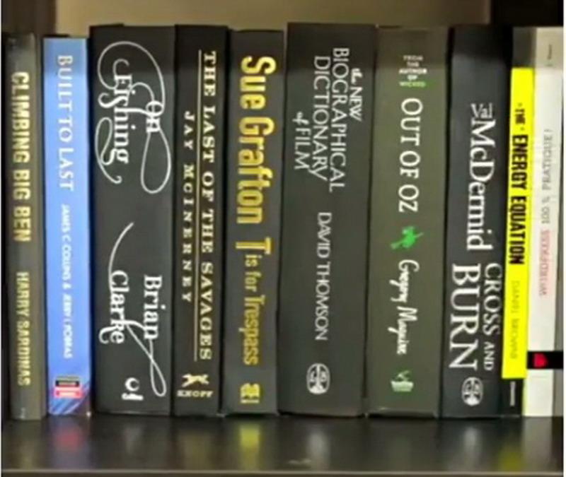 Menipu, Pajangan Rak Buku Ini Ternyata Wadah Serbaguna!