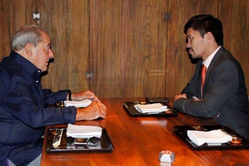 Bob Arum dan Manny Pacquiao sedang melakukan diskusi (Foto: STR / AFP)