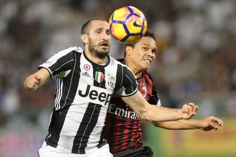 Juventus vs AC Milan: Giorgio Chiellini (kiri) dan Carlos Bacca (kanan) (Foto: Karim Jaafar / AFP)