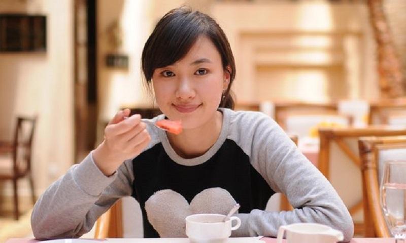 HORE! Makan Sendirian Bantu Turunkan Berat Badan Loh