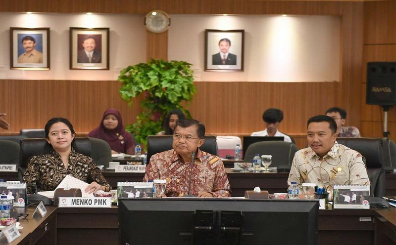 Wakil Presiden, Jusuf Kalla (tengah) bersama Menpora, Imam Nahrawi (kanan) dan Menko PMK, Puan Maharani (kiri) dalam rapat persiapan Asian Games 2018 (Foto: Kemenpora)