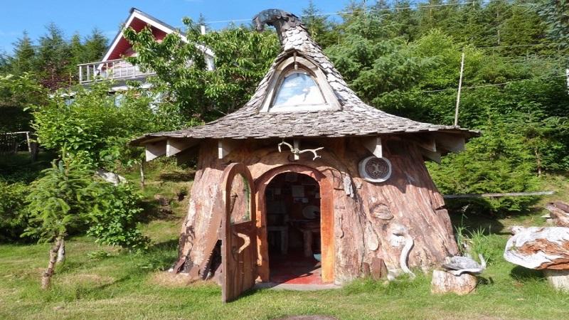 \Keren! Rumah Hobbit Ini Terbuat dari Sebuah Batang Pohon Raksasa\