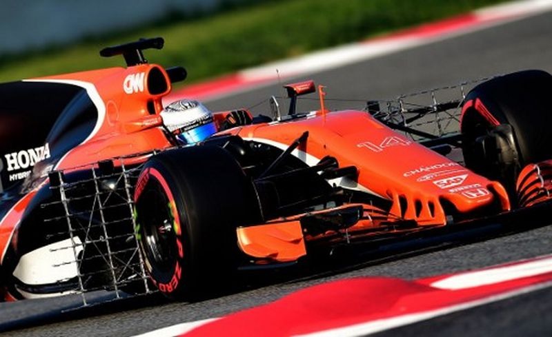 Fernando Alonso ketika menjalani tes pramusim di Sirkuit Catalunya (Foto: Jose Jordan / AFP)